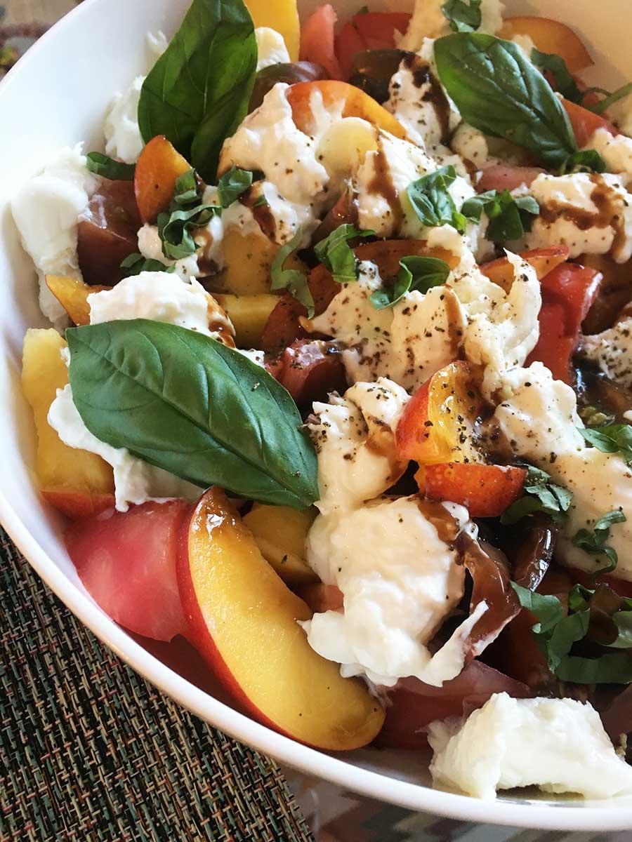 201807_salade_tomate_mozzarella_nectarine_©theflyingflour_1.jpg