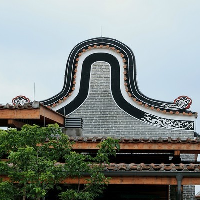 The reverse U top - you can see it on most of Lingnan buildings.