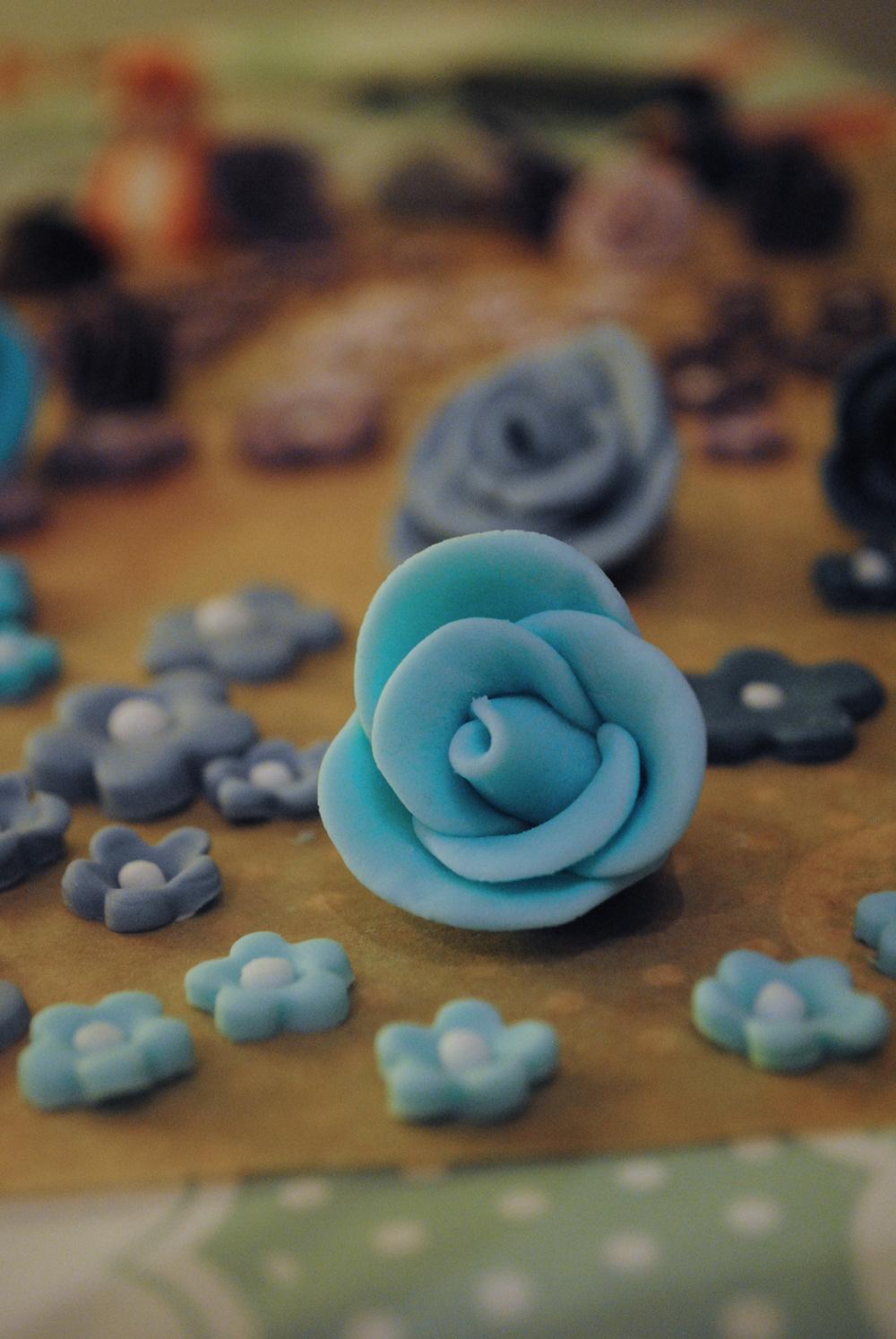 fondant_flowers_halficing.jpg