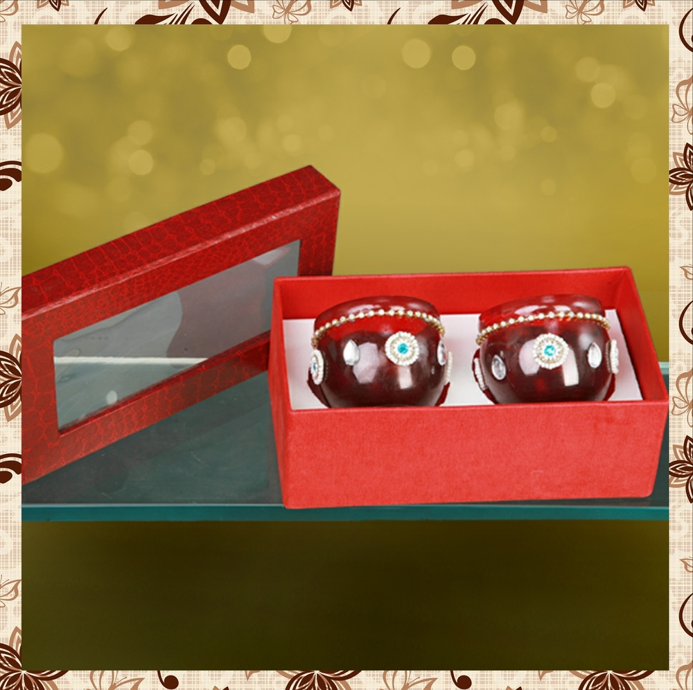 G1016 : Beautiful box of imported paper. Hand designed glass jar. For prices, please call 9987261106 or email mousumii@goshopart,com. Delivery free in Mumbai for billing value greater than Rs 2000.