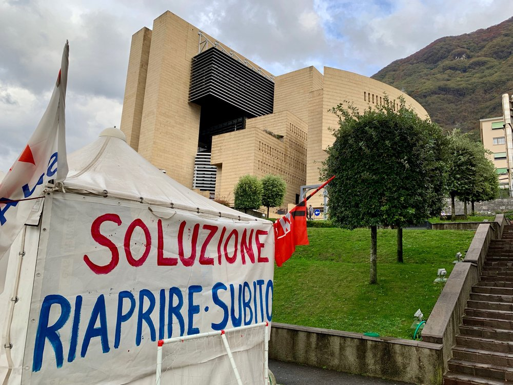 'Solution: Reopen Immediately.' Protest by employees in front of the bankrupt Casinò Municipale in Campione d'Italia. Photo: (C) Remko Tanis