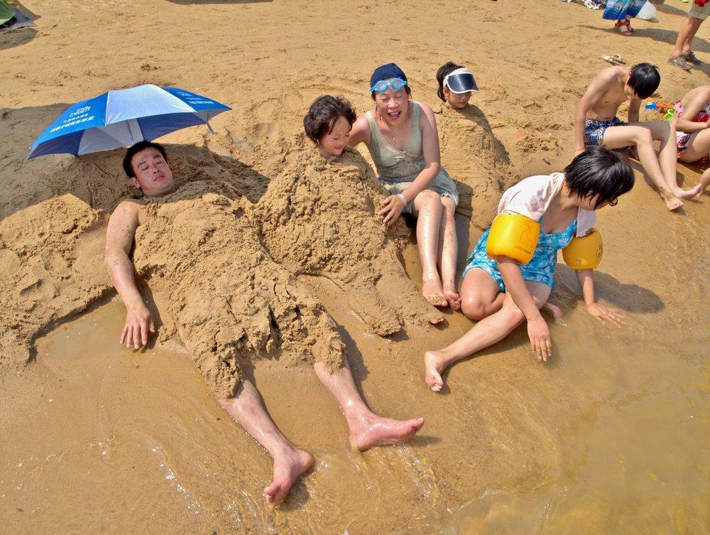 A family at Jinshan City Beach in Shanghai, China. Photo: (C) Remko Tanis