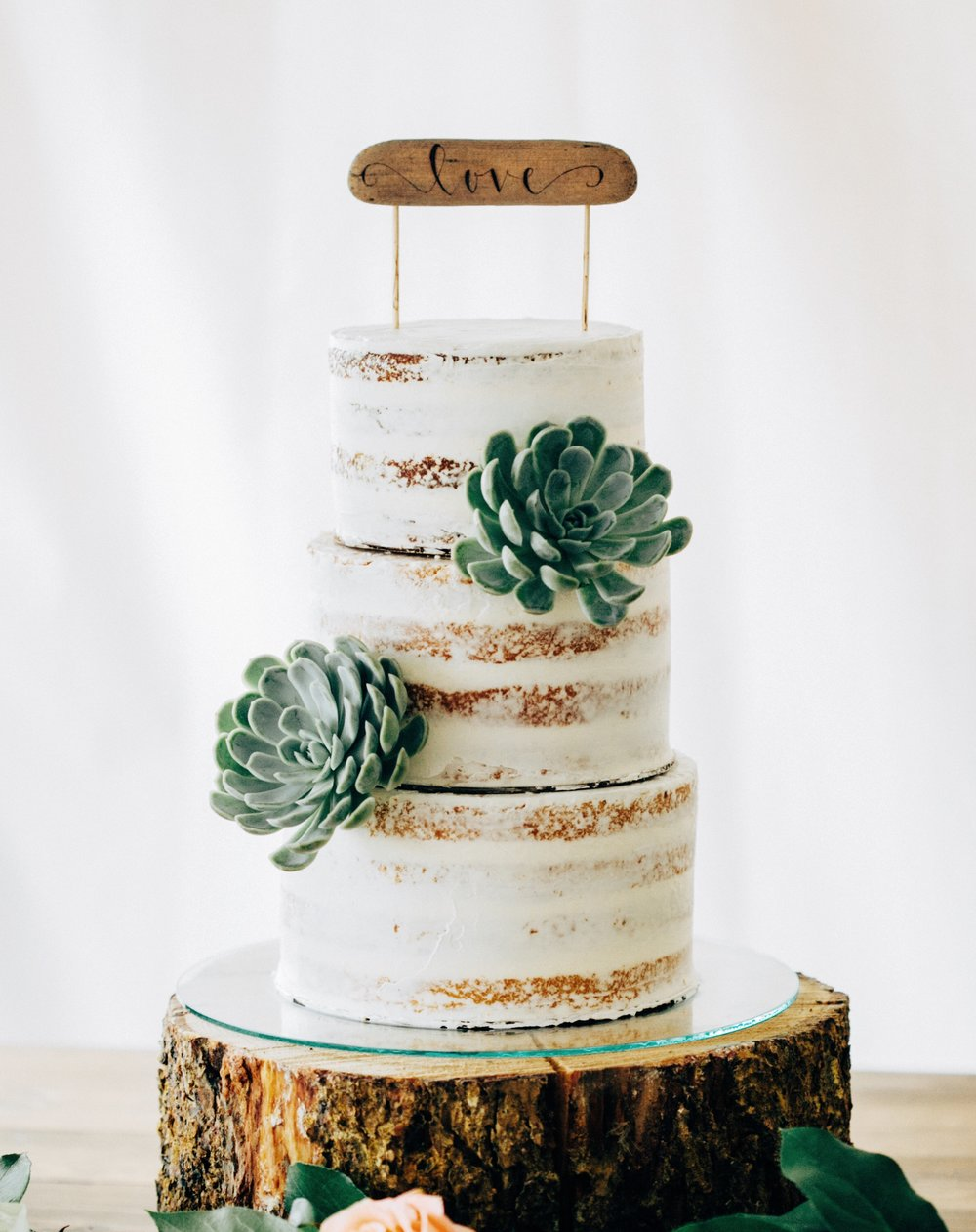 PHOTO: TORI PINTAR PHOTOGRAPHY DESIGN & FLORALS: KIMBERLY WATTS/PETAL PIXIE CAKE TOPPER: FIR AND FOREST