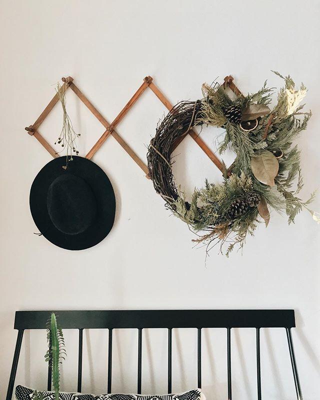Neutral festiveness ... Lasts years wreath!👍🏼 . . . . #nwa #thatsdarling #darlingmovement #wreath #driedwreath #wreath #holidaywreath #driedorangeslices #pine #botanicals #cozyhome #livefolk #folklife #cozyroom #cozychristmas #entrywaydecor #targetfinds #targetdecor #anthropologie #pursuepretty #thehappynow #flashesofdelight