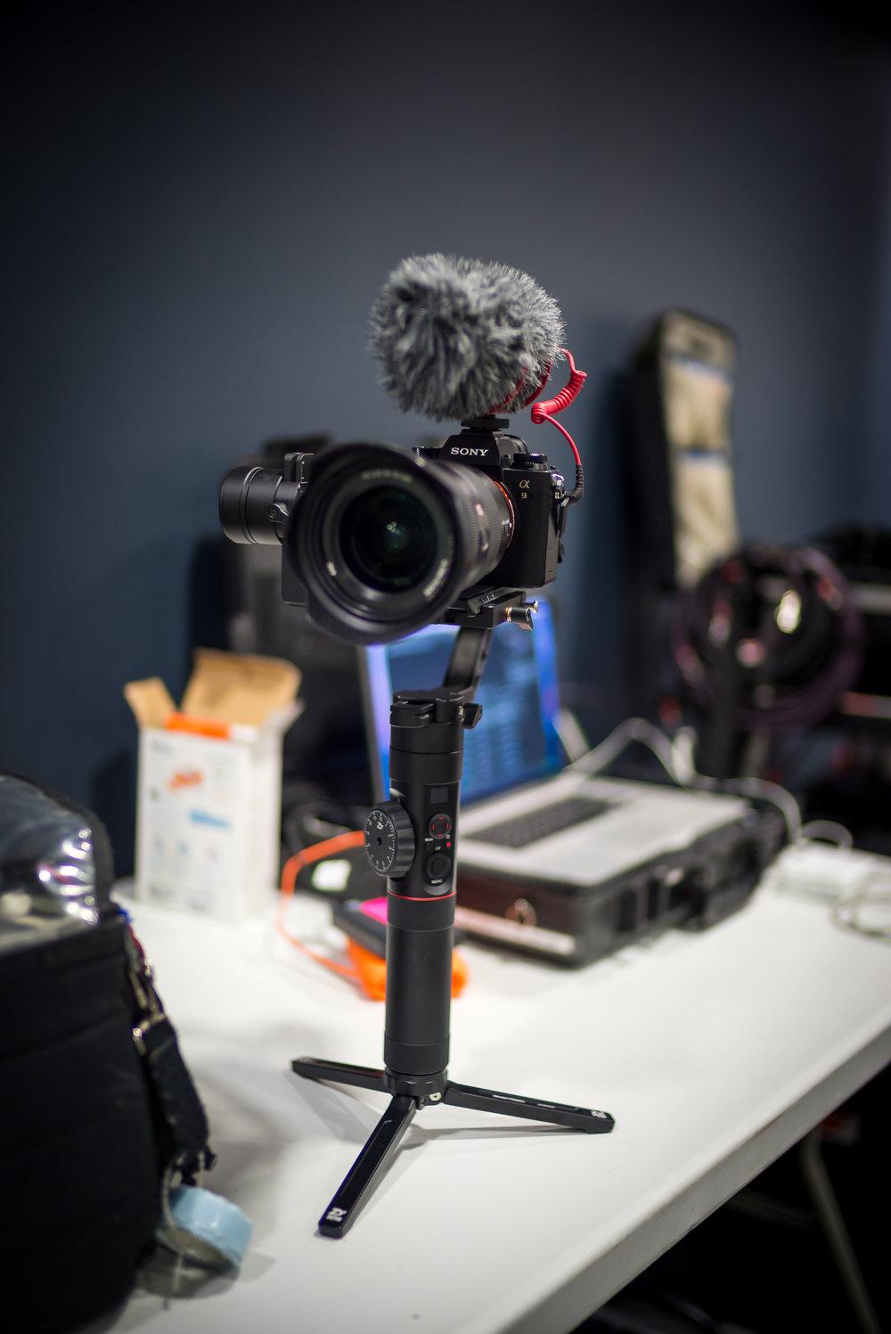 - Je test un nouveau set up vidéo avec le stabilisateur le Zhiyun Crane 2, mon sony a9 et le 16/35 2.8 GM. De trés bon résultat, un set up ultra léger et très rapide a mettre en place