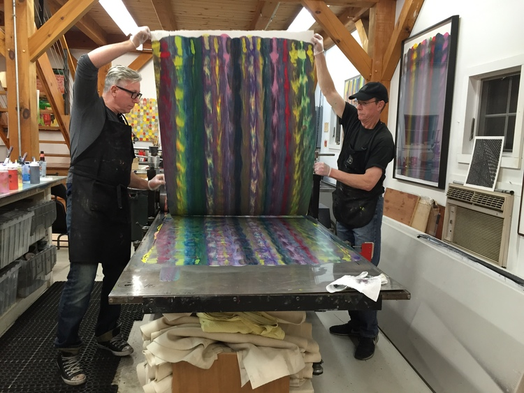 Markus Linnenbrink and James Stroud pulling a monotype from the IHEARDYOULOOKIN(SCHRÄG) (MUDHONEY) project. (2/4)