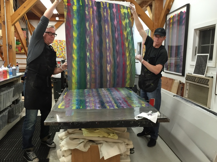 Markus Linnenbrink and James Stroud pulling a monotype from the IHEARDYOULOOKIN(SCHRÄG) (MUDHONEY) project. (3/4)