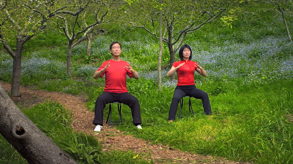 "Master Li Junfeng and Li Jing demonstrate the movement, ""Unraveling the Heart"""
