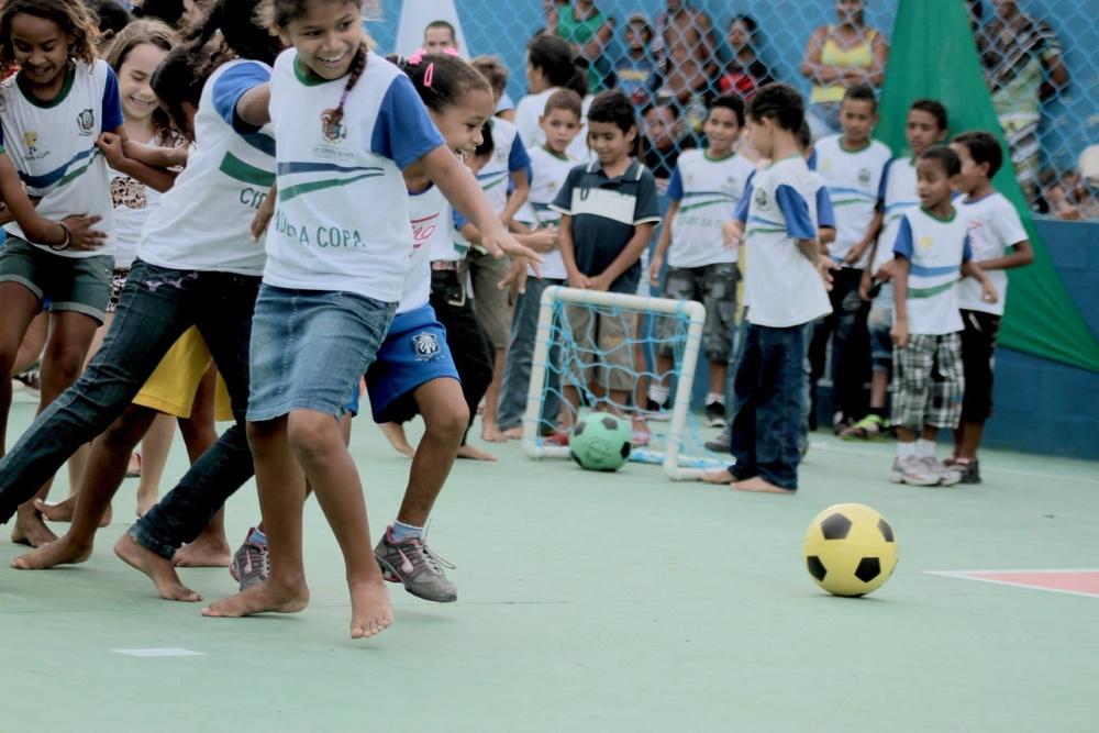 The kids of São Lourenço da Mata mixing it up on the new love.fútbol field.