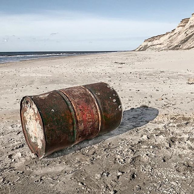 WRECKAGE LØNSTRUP Oil barrel from @castrol_oil_ stranded on the beach in @visit_loenstrup Denmark in winter 2018 #strandgut #wreckage #vraggodsfoto #vraggods #strandgut #caspersoelberg #caspersoelbergphoto #thewreckageproject