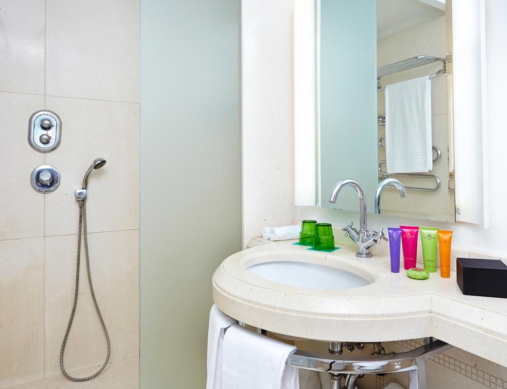 410_Bathroom_02-OK.jpg
