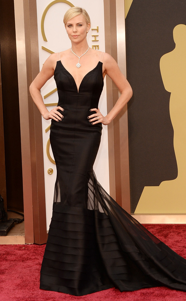charlize theron looks stunning in her christian dior haute couture dress, she looks so chic and gorgeous. love it!