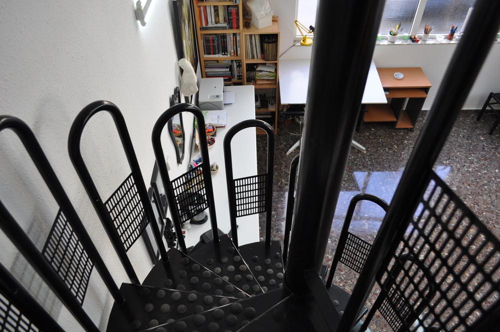 Estudio / Taller en un espacio con mucha luz natural, con dos grades ventanales