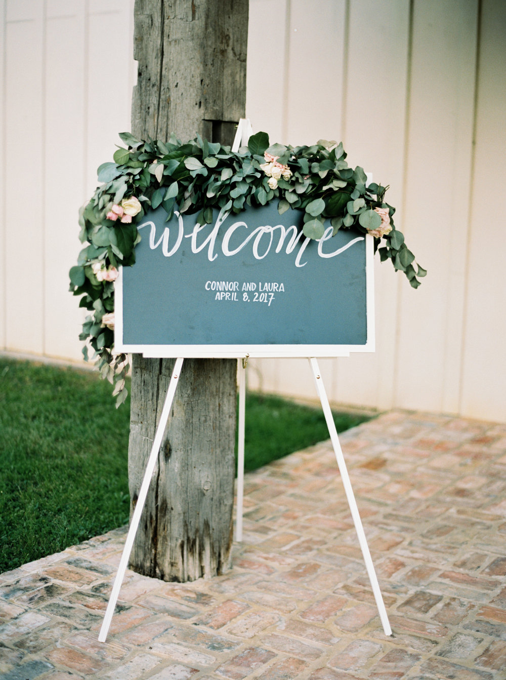 welcome sign with garland by maxit flower design