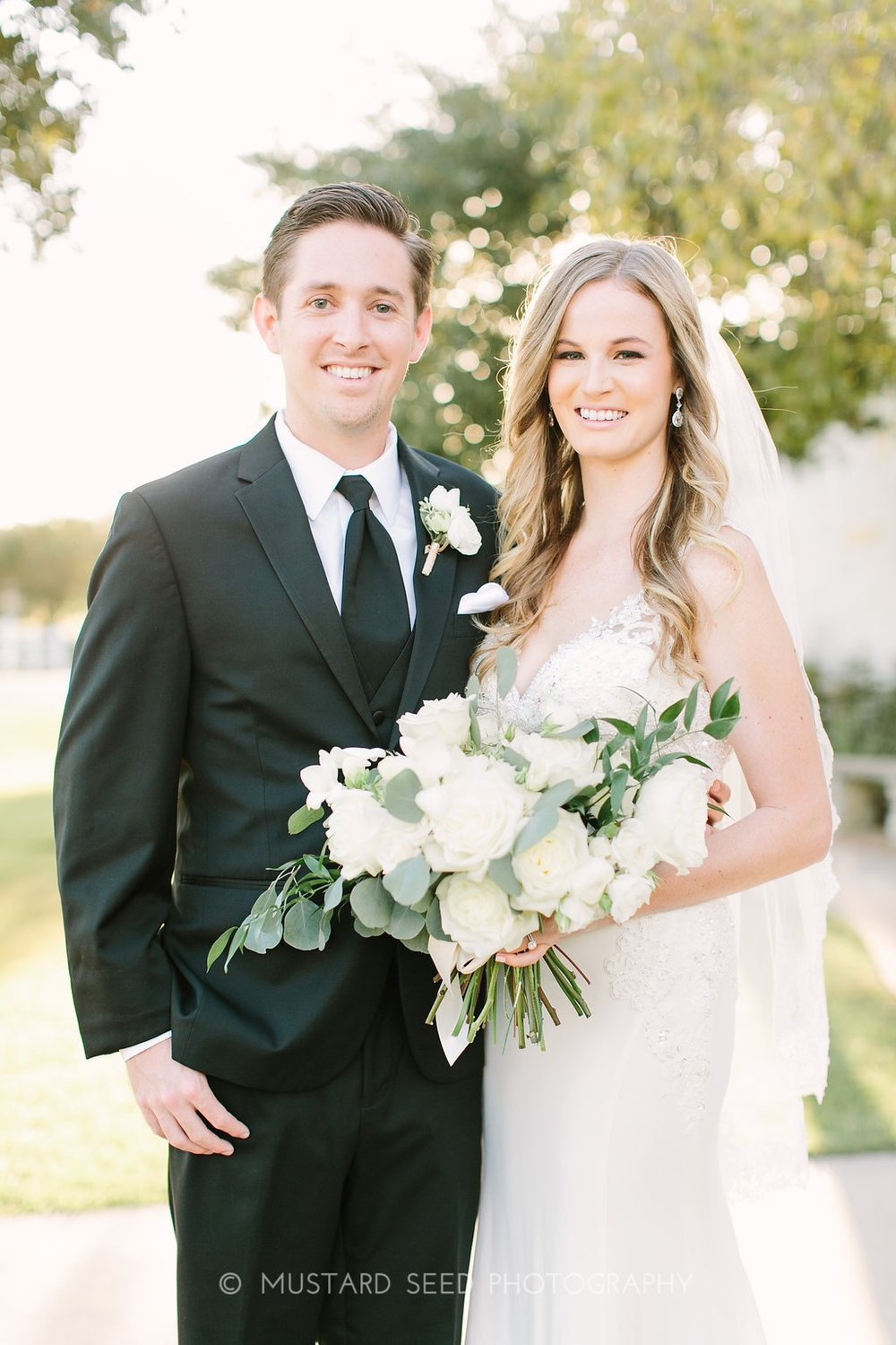 bride-and-groom-with-ivory-bouquet-by-maxi-flower-design-in-houston-texas