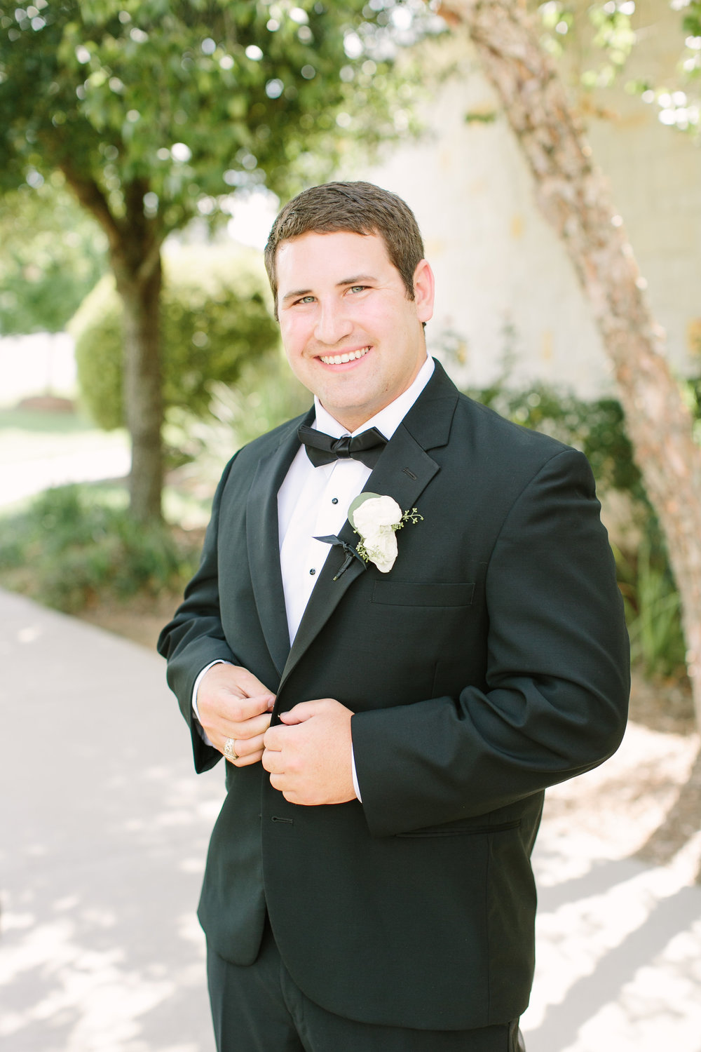 groom-black-tux-white-boutonniere-by-maxit-flower-design-in-houston-texas