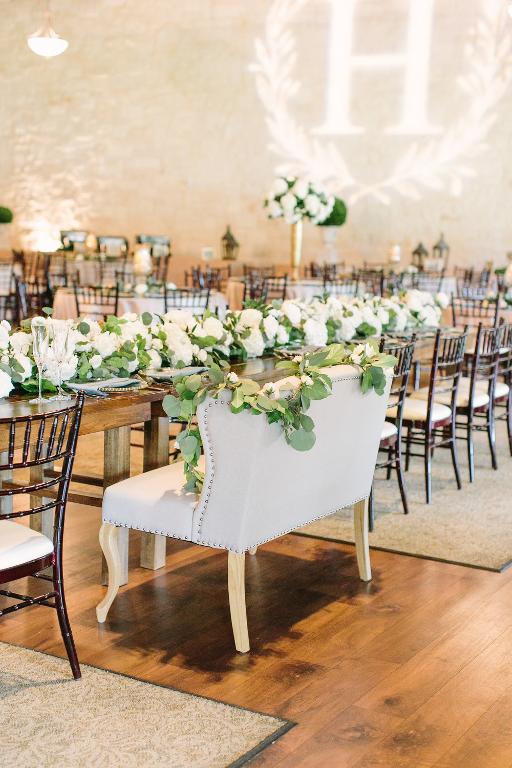head-table-couch-garland-greenery-rental-by-maxit-flower-design-in-houston-texas