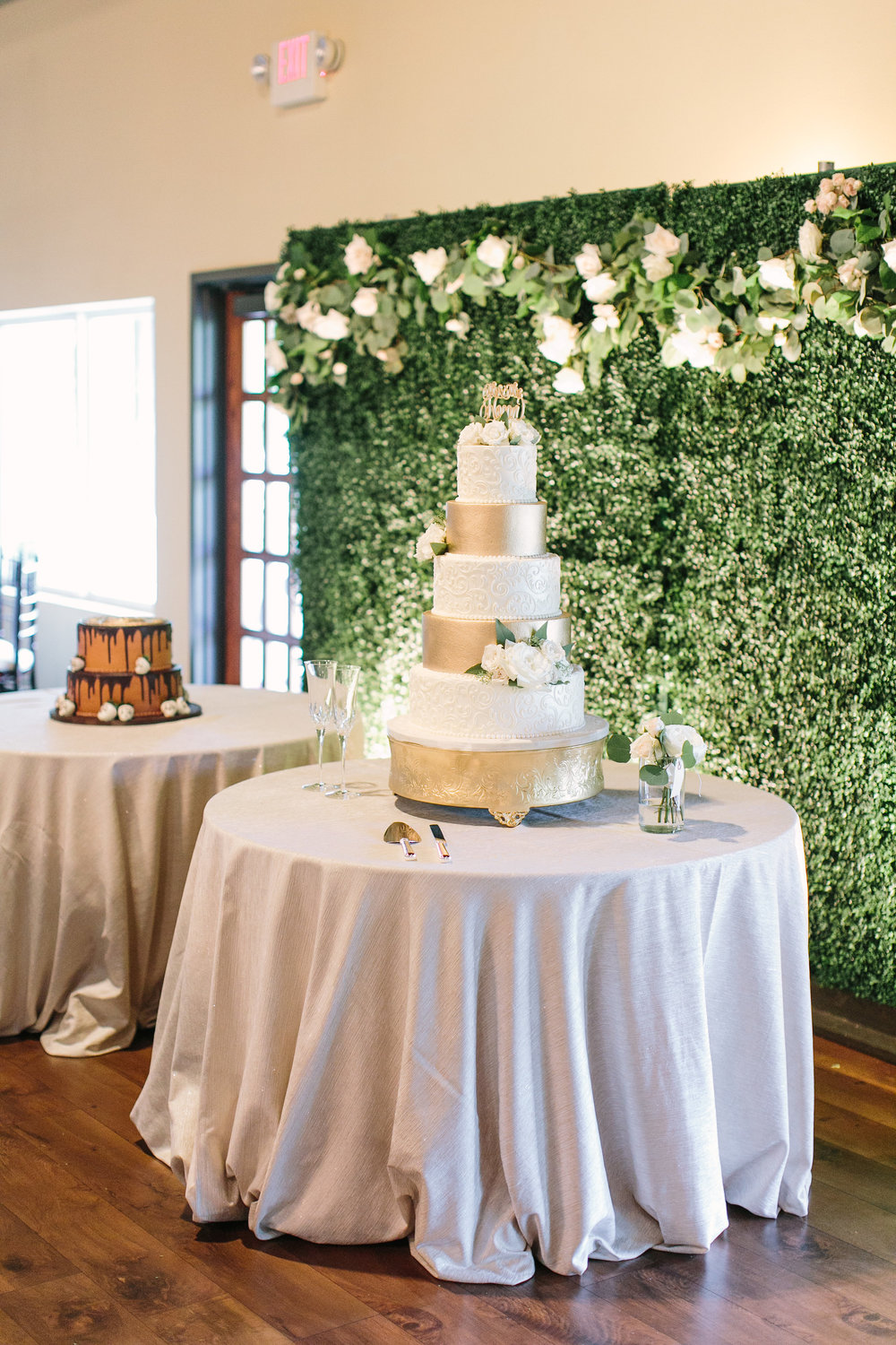 bride-groom-cake-white-gold-detail-roses-greenery-backdrop-by-maxit-flower-design-in-houston-texas