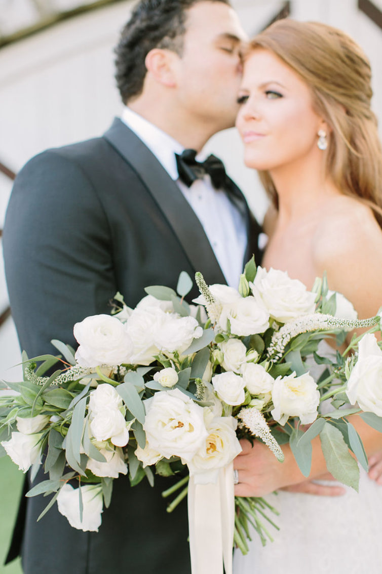 bride-groom-kiss-simple-white-ivory-cream-bouquet-rose-garden-photography-floras-by-maxit-flower-design