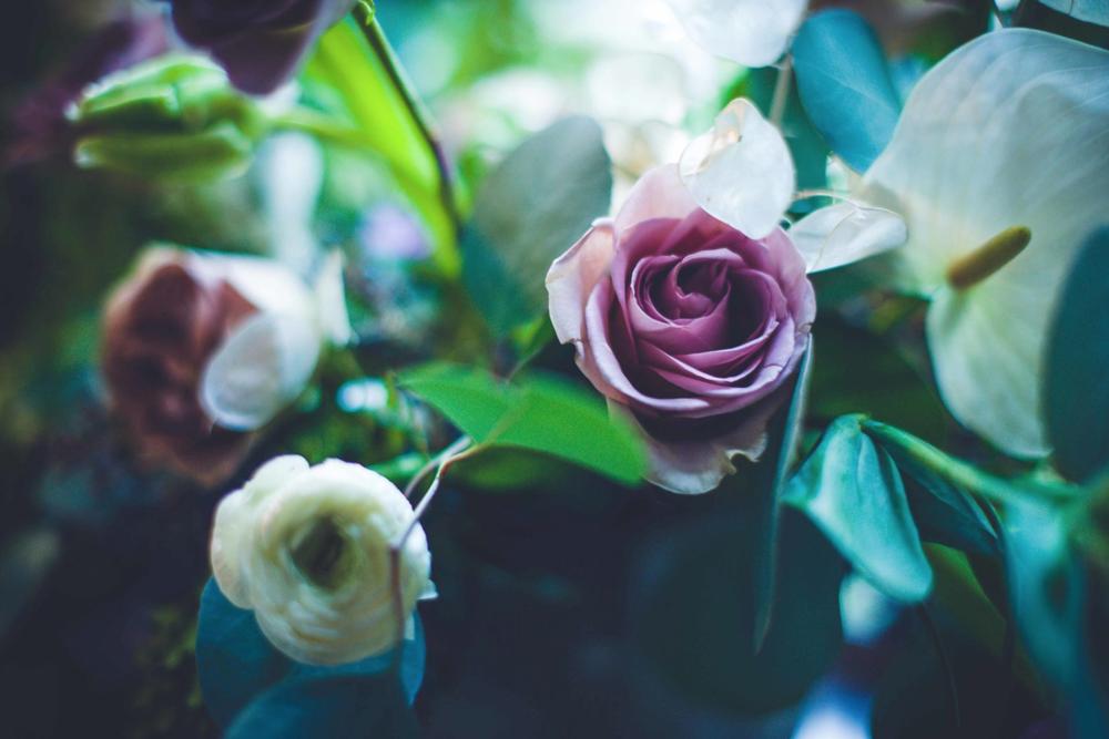little-coterie-entertaning-party-decor-inspiration-lavender-purple-white-greenery-floral-arrangement-by-maxit-flower-design