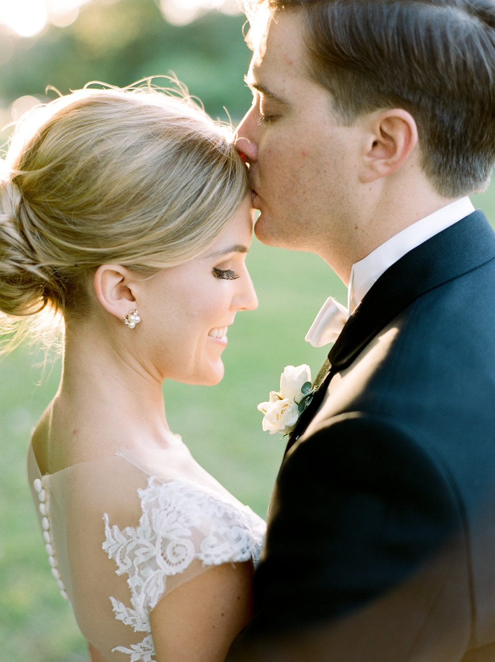 Maxit-Flower-Design-Bride-Groom-Kiss-Wedding.jpg