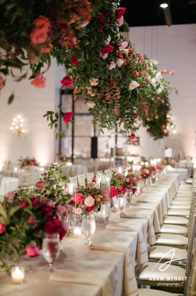 Head Table with garden style, lush compotes with coral, pink, blush and white garden roses. Maxit Flower Design's work captured by Adam Nyholt