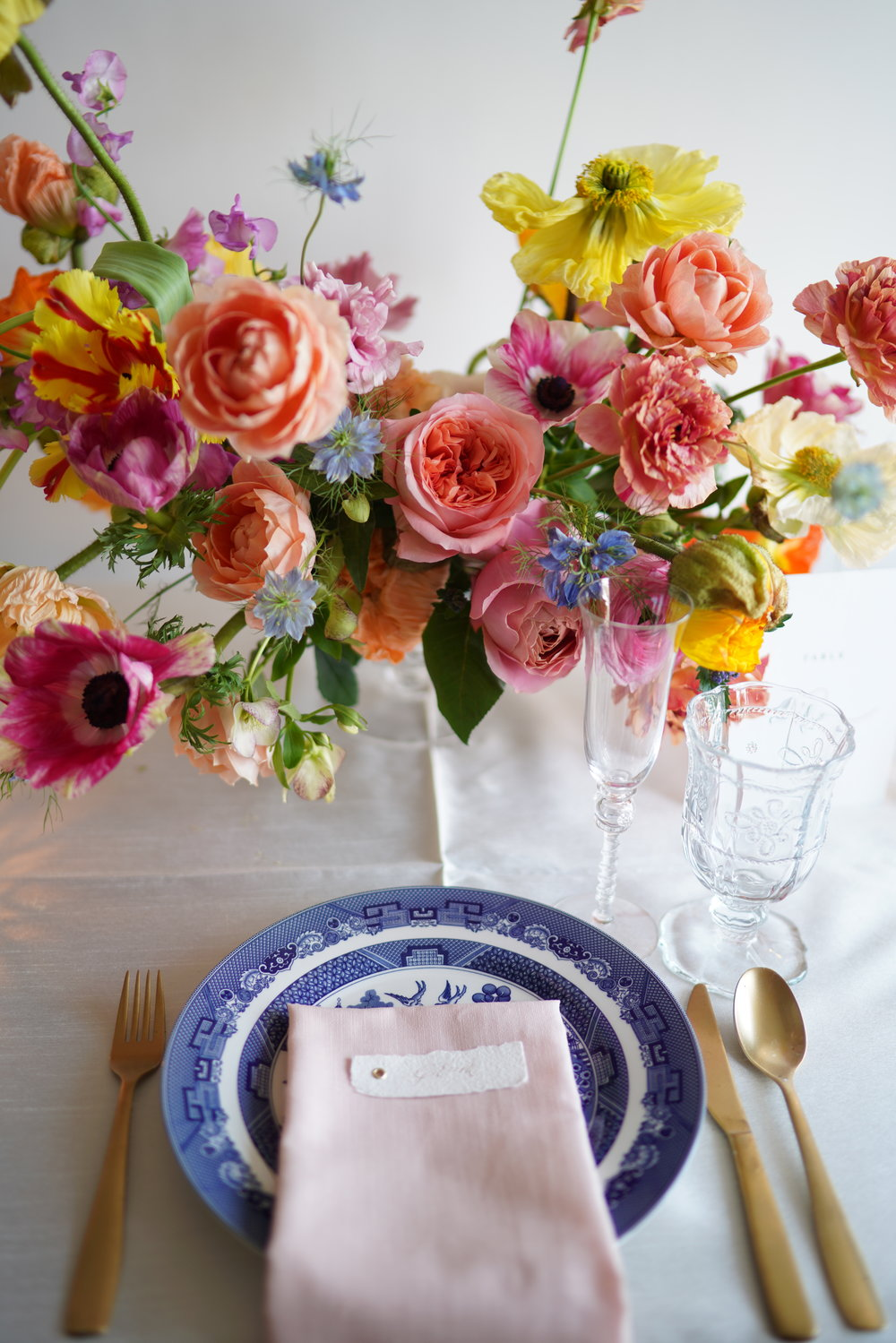 Bright spring garden style floral arrangement paired with blue and white chinoiserie china. An elegant spring tablescape. Flowers and styling by Maxit Flower Design