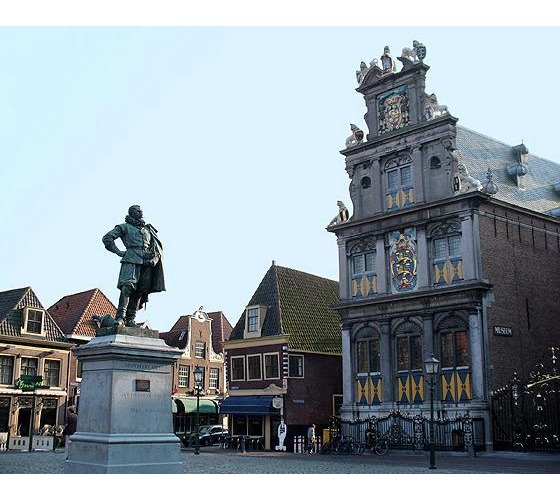 4377453-Rode_Steen_Hoorn_North_Holland_NL_2005-Hoorn.jpg