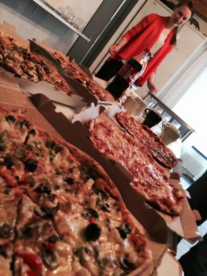 Rebekka ja pitsapöytä