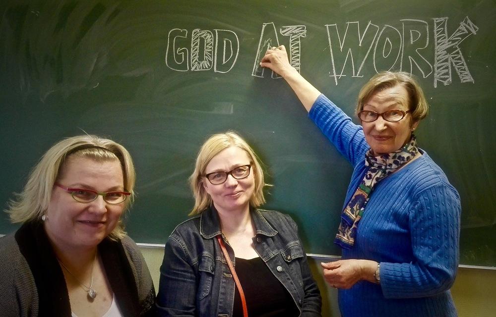 God at Work -kurssin työryhmä kokoontui huhtikuussa 2015 suunnittelemaan toimintaa. Tulossa on viikonloppukurssi, joka järjestetään Suomen teologisella opistolla 18.-20.9.2015. Kuvassa oikealta: Marja Vesikari, Tarja Nenonen ja Satu Partanen.