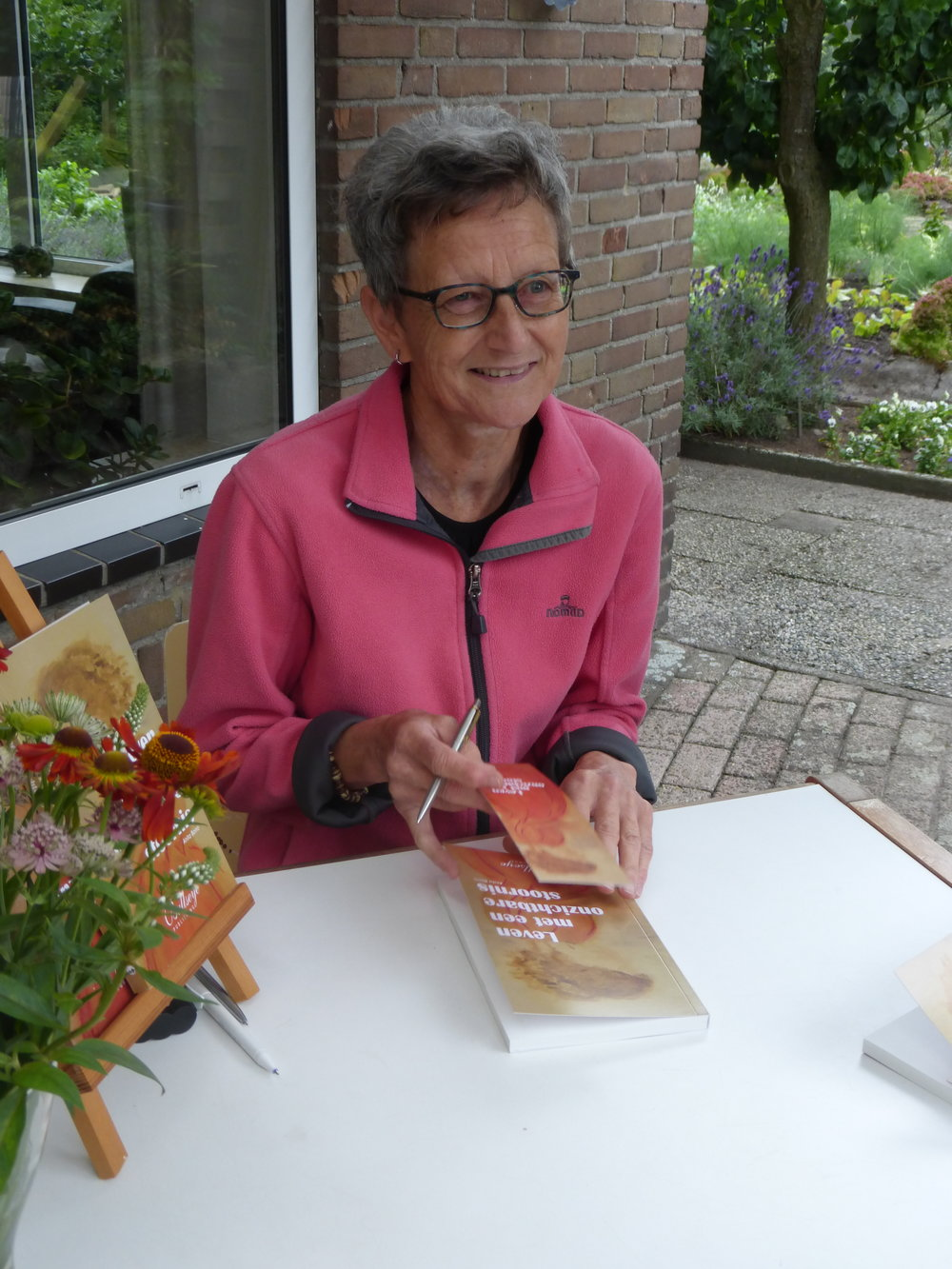"""Foto: Anita Borro en haar boek """"Leven met een onzichtbare eetstoornis"""""""