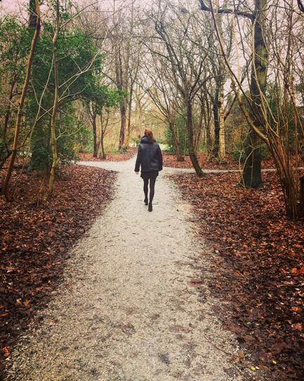 Lana maakt een wandeling in het bos
