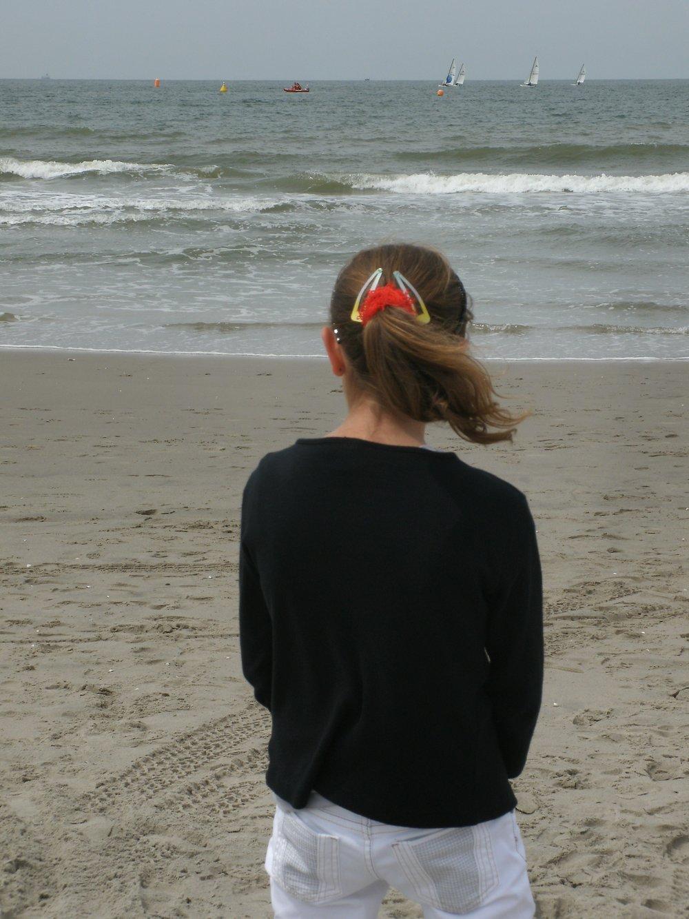 Marli 17 jaar, aan het strand uitwaaien
