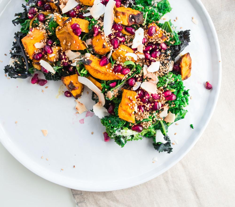 gesunder Federkohl Salat mit Süsskartoffeln und Tahini Sauce