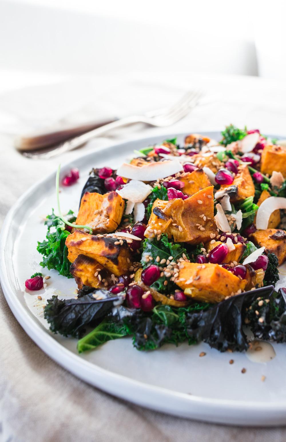 Kale Salat mit Süsskartoffeln und Tahini Dressing