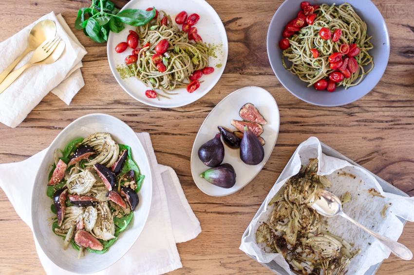 Tavolata mit Pasta und Avocado Pesto und Fenchel Feigen Salat