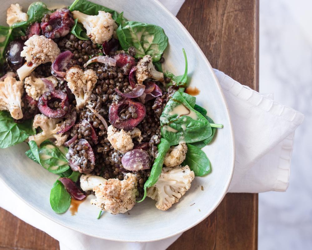 Linsen Salat mit geröstetem Blumenkohl und Kirschen