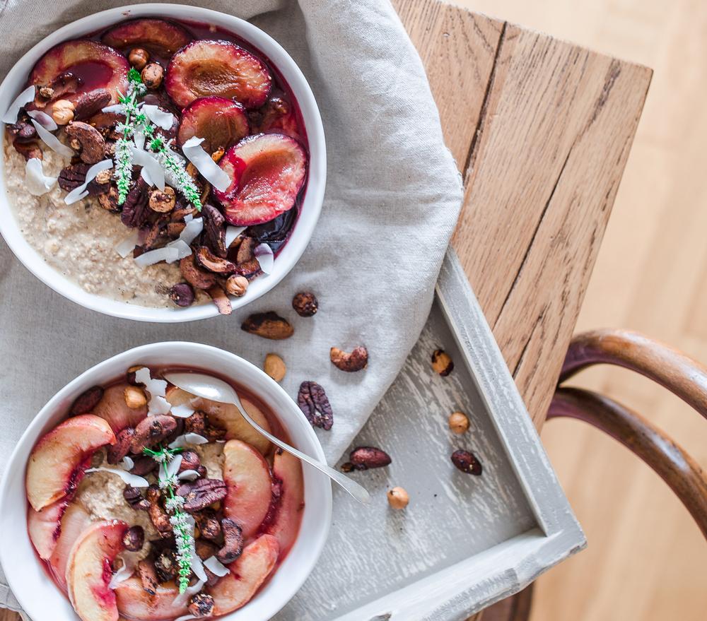 Oatmeal mit Zwetschgen und Nüssen