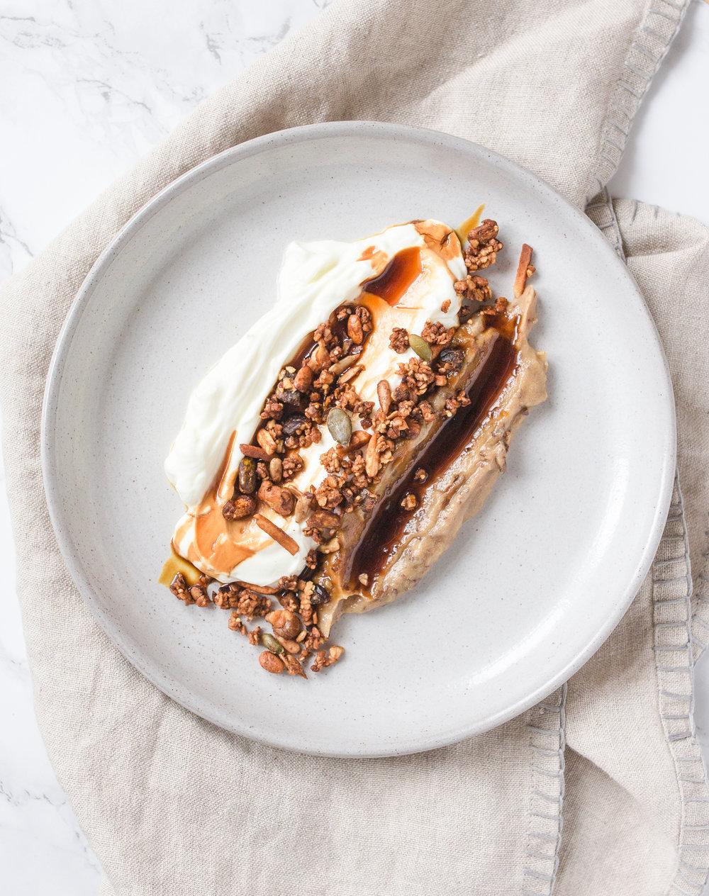 Labneh mit Dattel Hummus und Granola