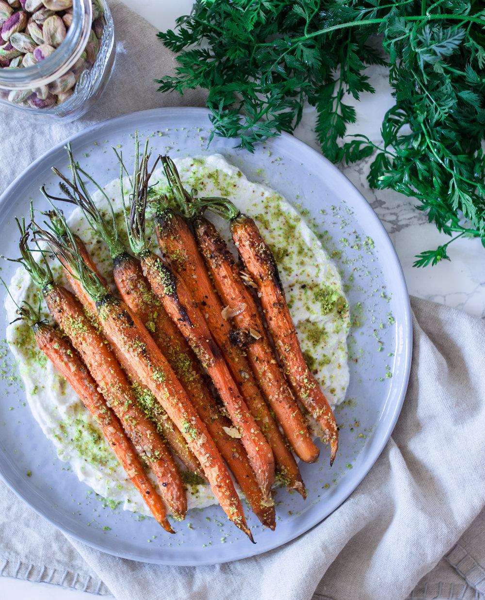 Karotten mit Grün und Kokos