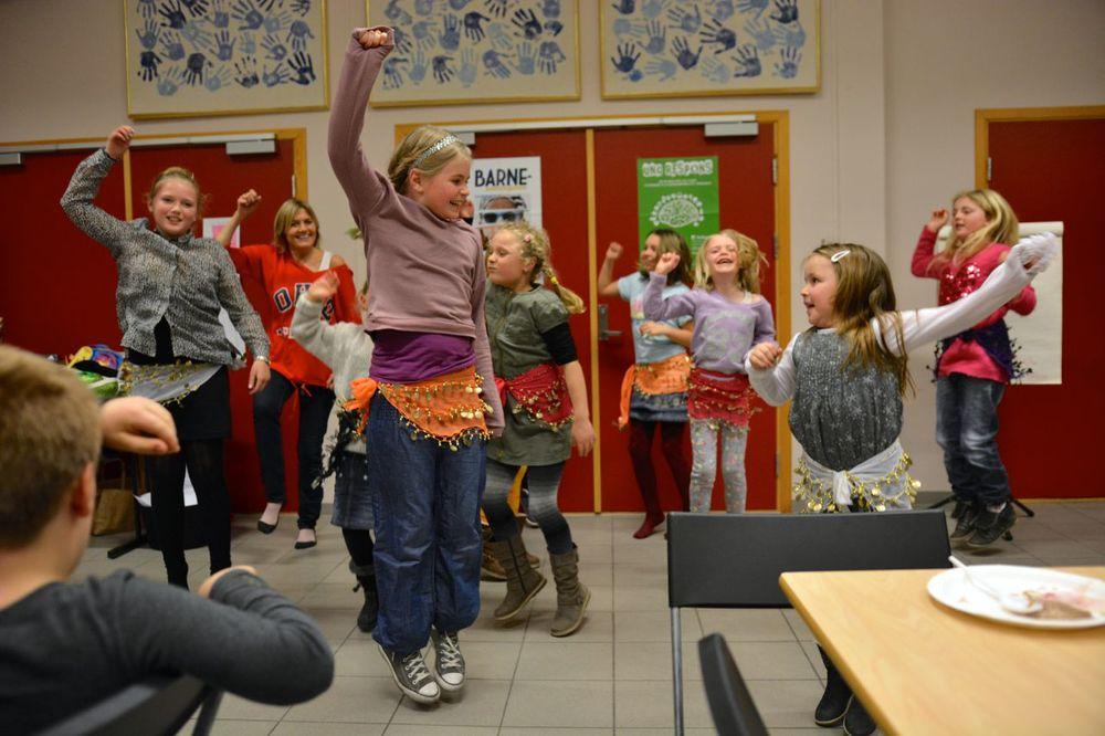 Ida og Karianne var instruktørar på den eine songen då barnezumbagjengen viste seg fram på årsmøtet.