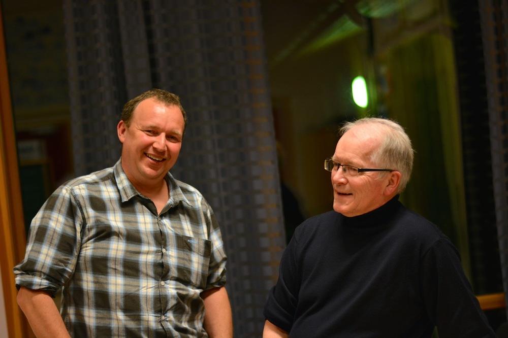 Kristoffer Østhus (t.v.) overtok som formann etter Jostein Østhus på årsmøtet i grendalaget.
