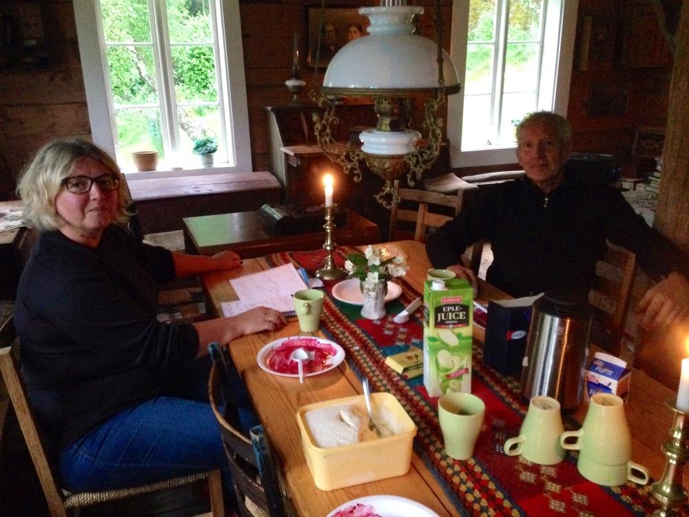 Merete og Malvin snakkar om kultur medan dei et is og varme bjørnebær på Erås museum.