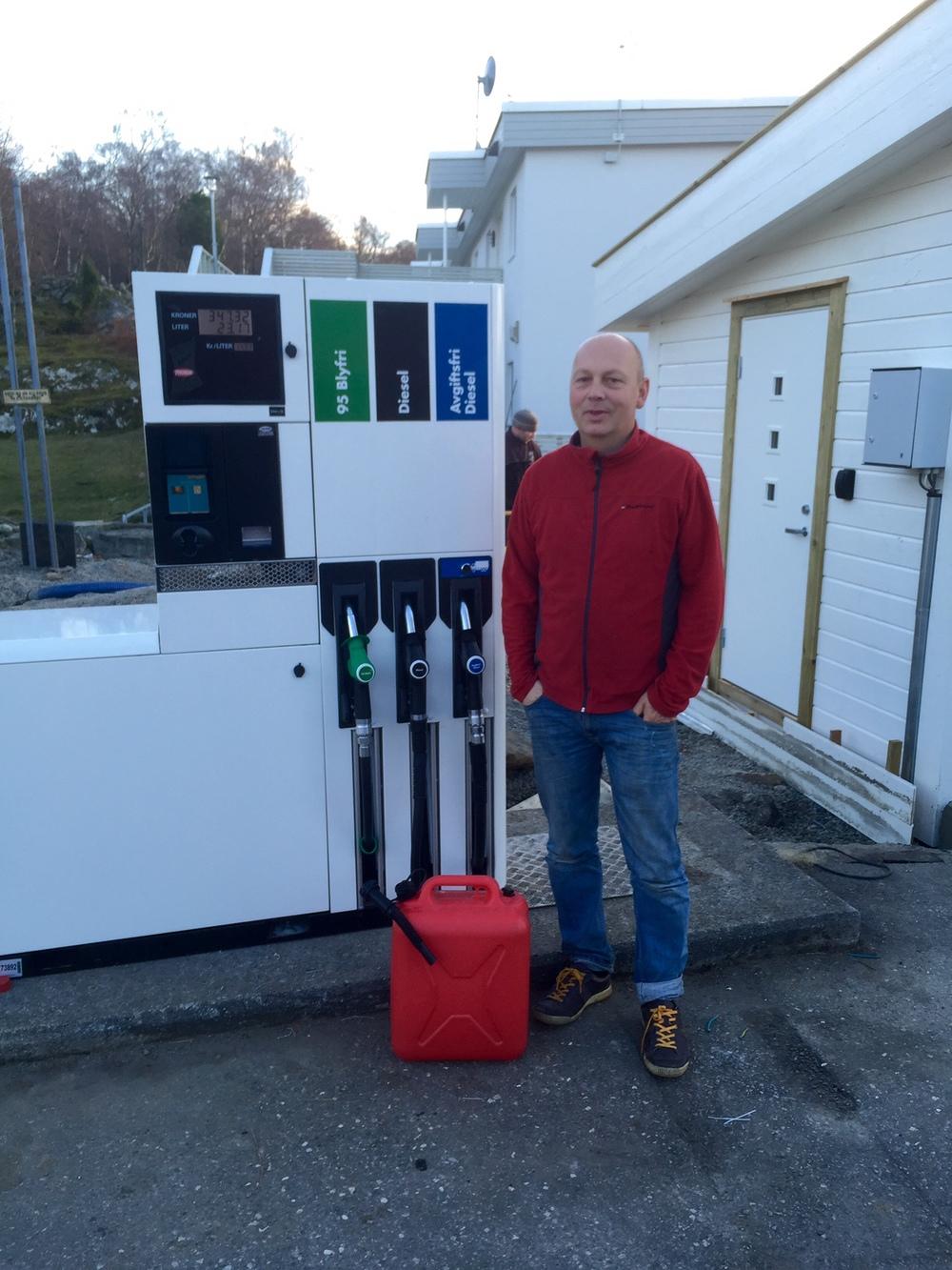 Ståle Runestad fekk fyllt bensin på kanna alt i helga, men då var det berre dei med firmakort som kunne få kjøpt drivstoff. No fungerer det for alle med VISA-kort.