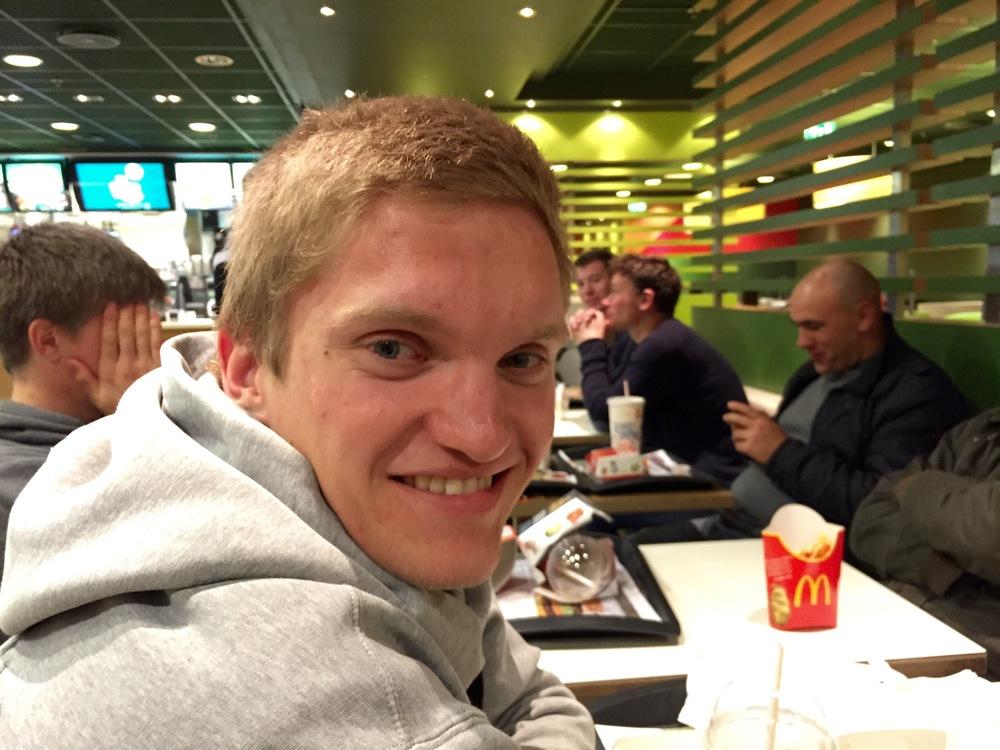 """Det var berre Johannes Hovda av Fognspelarane som hadde grunn til å smila etter serieopninga. Likevel tok dei fleste turen til McDonalds for å """"feira"""" etter bortetapet..."""