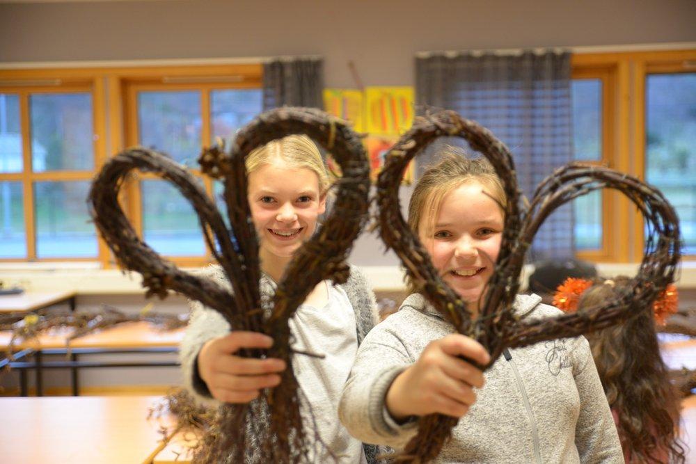 Flotte hjartekransar laga av Leah Sandanger og Mathilde F Østhus