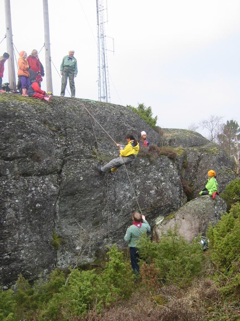 Speidarane rapellerer ved Domfjellet april 2004.JPG