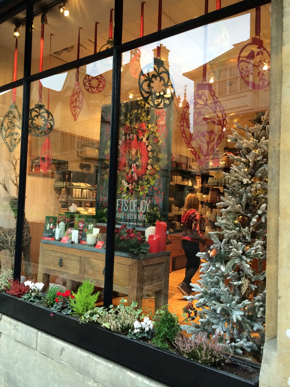 Christmas window at brothers salon oxford paper tree for Salon xmas decorations