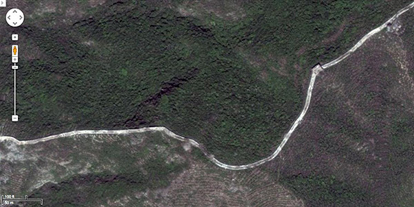 A great snaking wall as seen from above. It punctuates and makes visible the undulating landscape of northern China. | Screen shot, courtesy of maps.google.com