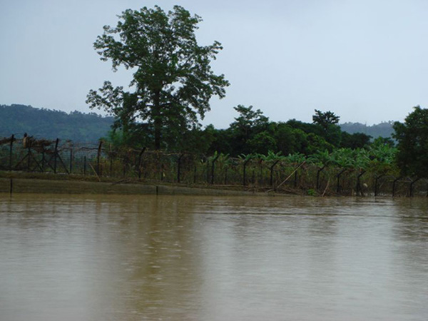 The Indo-Bangladeshi Barrier after heavy rains and flooding in 2007. | Photo courtesy of mis(ual).com
